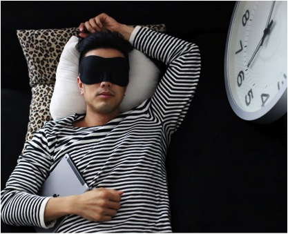 I have a bad habit of reading on the iPad before bed, something that apparently encourages insomnia, with reports pointing to the glare of personal gadgets disrupting biological sleep patterns.